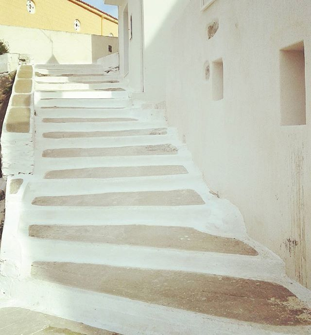 Stairway to heaven!  #visitKea #ioulida #Tzia #stairs #traveldiaries #travelawesome #traditional_architecture #white #sunny #stone #greekbeauties #VisitGreece  #Cyclades_islands #destination #heaven #traveling #travelgram #happyday #never_give_up