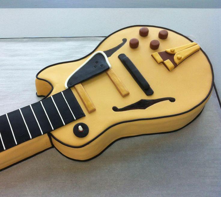 Pastel de fondant en forma de guitarra.