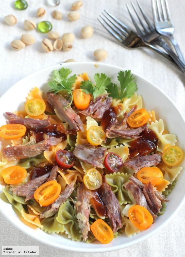 Ensalada de pasta con confit de pato y pistachos