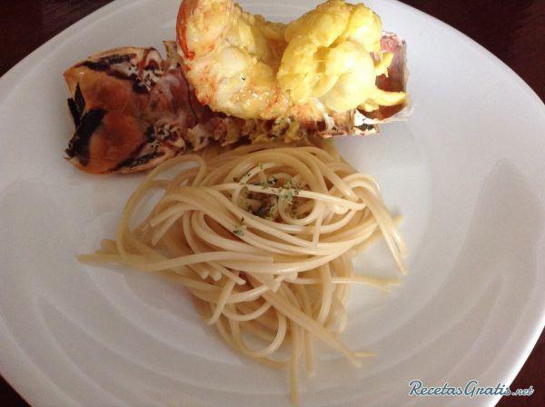 Aprende a preparar cola de langosta al ajillo con esta rica y fácil receta.  La cola de langosta es la parte con más carne que contiene este marisco. Generalmente la...