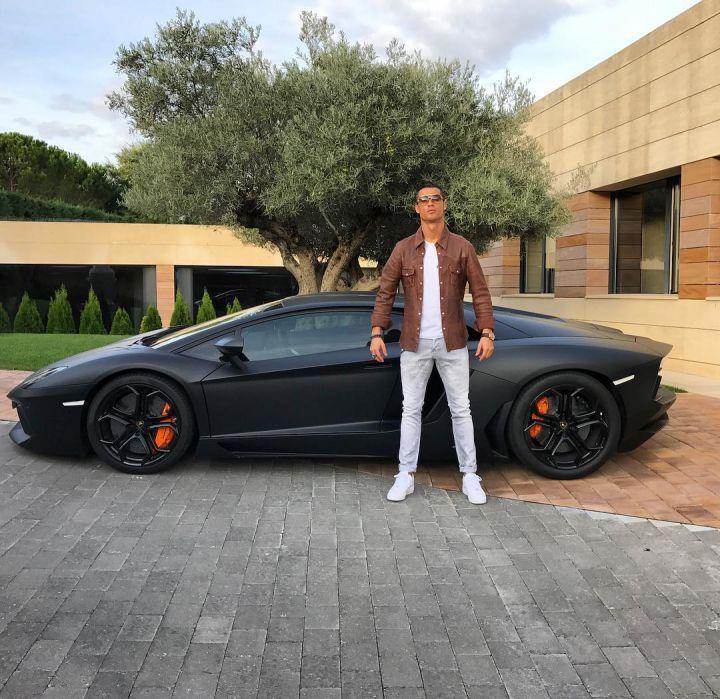 Les internautes parodient la photo de Cristiano Ronaldo à côté sa Lamborghini Aventador ! #culturepub
