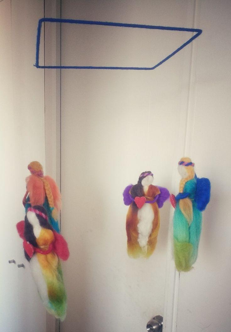 Móvil hadas  Alambre grueso, con hadas de vellón afieltradas colgadas con hilo transparente desde alambre grueso forrado en lana  $20.000 clp