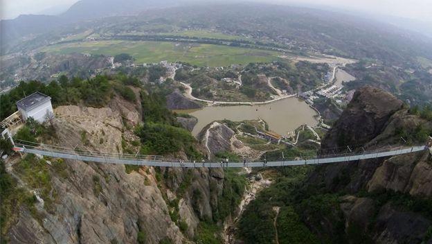 El puente de vidrio más largo del mundo. ¿Te atreverías a cruzarlo ?
