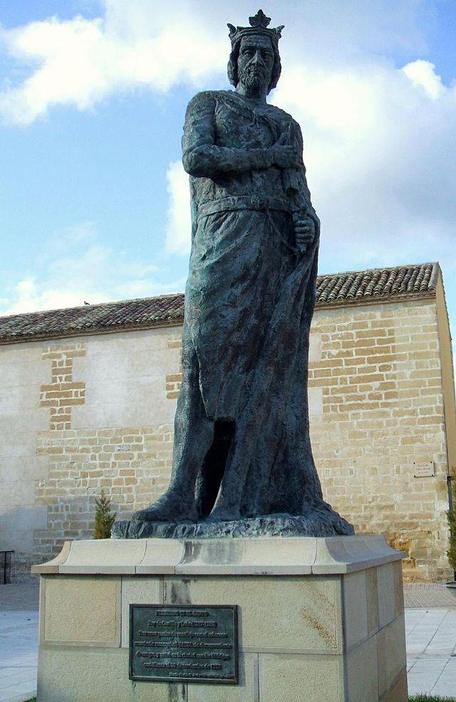 Monumento a Fernando III el Santo, rey de Castilla (1217–1252), junto al antiguo Colegio de Santiago y Cuartel de Sementales de Baeza (Jaén, Andalucía, España)
