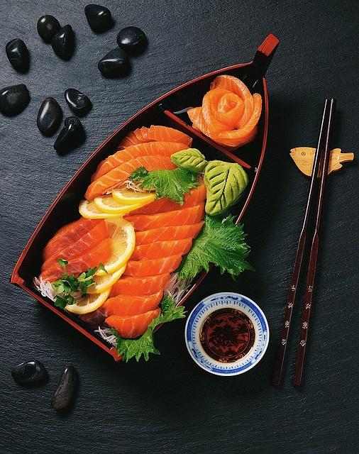 Een mooi opgemaakte sashimi boot (刺身の船盛り) Japans eten moet er altijd mooi uit zien. #sushiya #sushi