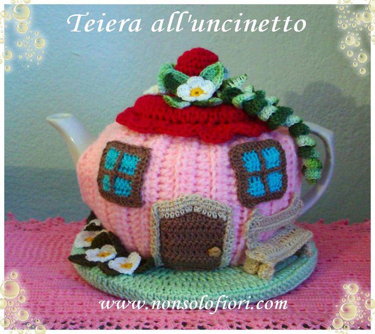 Teiera/casetta rivestita all'uncinetto  www.nonsolofiori.com #teiera #uncinetto #teapot #crochet #tetera #ganchillo #casetta #home