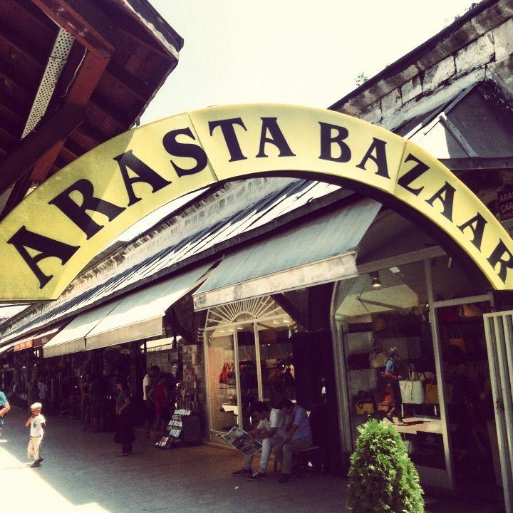 Arasta Çarşısı (Bazaar) in İstanbul Questo #bazar è più elegante e ordinato rispetto agli altri e ci sono oggetti di qualità più alta. Consiglio il negozio in fondo alle scale a destra, scendendo dalla moschea: proprietario davvero cordiale e disponibile allo sconto: noi abbiamo comperato sciarpe e scialli di vario genere (seta, misto seta e cashmere) e le palline di vetro decorate.