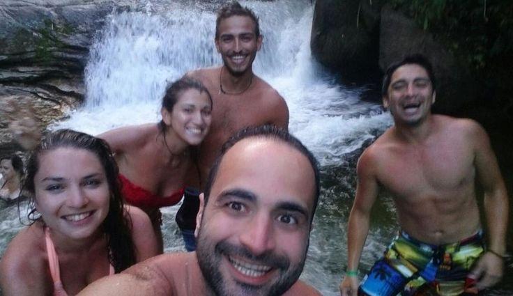 Alegría risas y un buen lugar natural  #friends #Cachoeira #man #girls #goodtimes #goodpeople #alemania #italia #chile   by franciscojavier_ac