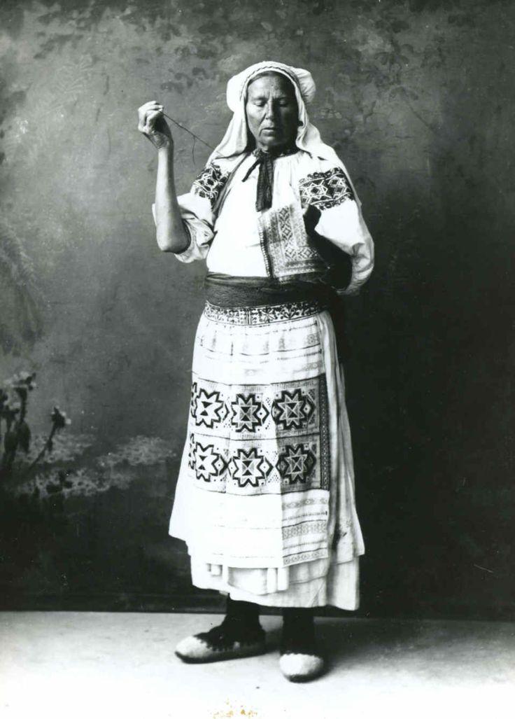 Vyšívačka. Čičmany (okr. Žilina), začiatok 20. storočia. SNM Etnografické múzeum vMartine. Foto: Pavol Socháň