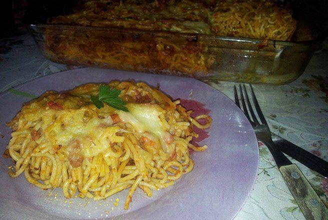Retete Culinare - Spaghete cu bacon si sos bolognese