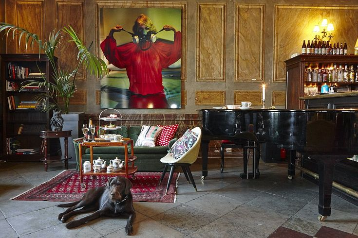 Pitcher (sic) Picture? and piano: This room for entertainment has hosted parties with some of the world's biggest stars and wealthiest people. can you guess the country?                 Sweden.