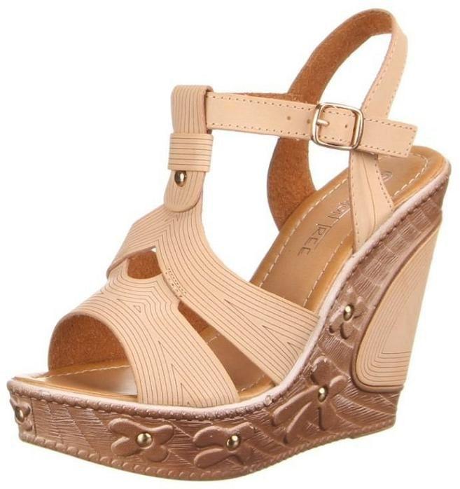 Dames sandalen wedge 12 cm sleehak pumps beige €18,50 Sierlijke Dames sandalen met 12 cm sleehak pumps met goud gekleurde studs en sierlijke beige banden voor €18,50 beschikbaar in maat 36 t/m 41 in 3 kleuren.