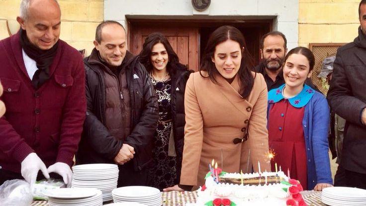 Küçük Gelin Setinde Büyük Sürpriz; Samanyolu TV'de yayınlanan Küçük Gelin dizisine sezon başında Melek karakteriyle dahil olan Bengi Öztürk, dizi setinde yeni yaşını kutladı.