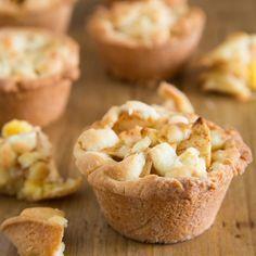 Maak de klassieke appeltaart eens op een andere manier, namelijk in mini variant. Met behulp van de FunCakes mix voor Cookies en een muffin bakvorm bereid je eenvoudig deze mini appeltaartjes. Vul de vormpjes op met banketbakkersroom en een verrukkelijk appel mengsel.