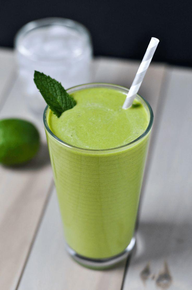 1 tasse d'eau de coco 1 tasse de morceaux de mangue ou d'ananas congelés 1 tasse d'épinards en feuille 1/2 tasse de concombre 1/4 avocat 1 c à c de jus de citron 1 c à c de graines de chia Menthe fraîche (1 c à c de miel10 délicieuses idées de smoothies aux fruits - Les Éclaireuses