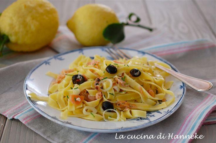 Le tagliatelle al limone e salmone affumicato sono un primo allo stesso tempo fresco e saporito e il condimento è anche ottimo per condire una pasta fredda!