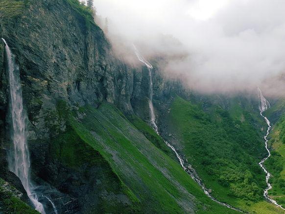 Es ist ein spezieller Energie-Ort. Drei Wasserfälle über imposante Felswände und fünf zusammenfliessende Bäche sorgen für ein berauschendes Gefühl. Hier ist Batöni, die Wasserfall-Arena im Weisstannental.