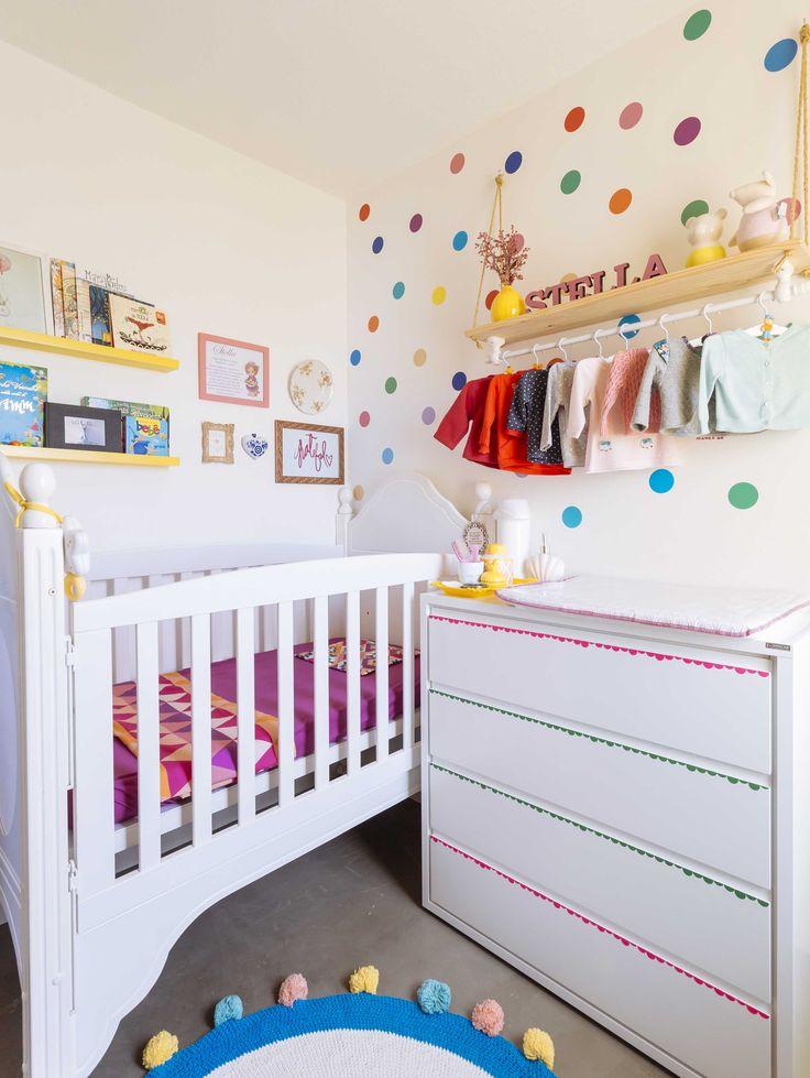 Cheio de @amomooui, esse quartinho foi feito pela Izabella @izabellasvpe para sua baby Stella! Estamos apaixonadas pelo ambiente claro, colorido e recheado de detalhes ricos em amor! Mamys usou adesivo de BOLAS COLORIDAS, lençol roxo liso, fronha KILIM ROSA e lençol TRI ROSA da Mooui para colorir o cantinho! #quartodemenina #quartinho #decor #kidsroom #colorful #nursery #colorido #bolascoloridas #adesivodeparede