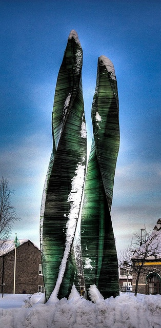 Another foray into beginners HDR with a shot of Umeå's 'Green Fire' sculpture by the pioneer of Swedish glass art, Vicke Lindstrand.  With it's striations this 9 metre tall piece reminds me of Superman and Kryptonite and is just made for HDR so I'll b