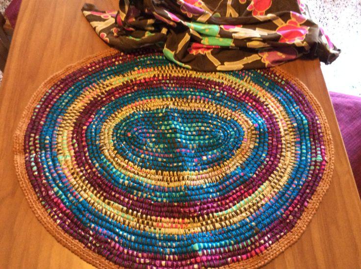 Tappeto fatto usando del tessuto di maglia di cotone tagliato in fettucce di 2 cm di larghezza è fermato a punto basso lavorato in cerchio.