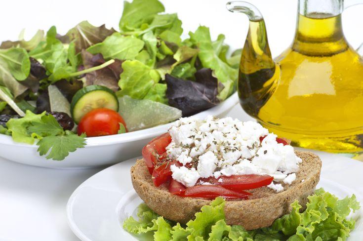 Το πιο γρήγορο και υγιεινό μεσογειακό σνακ! Προσθέτουμε βιολογική φέτα Χωριό θρυμματισμένη, βιολογικό ελαιόλαδο Χωριό και τις ελιές.