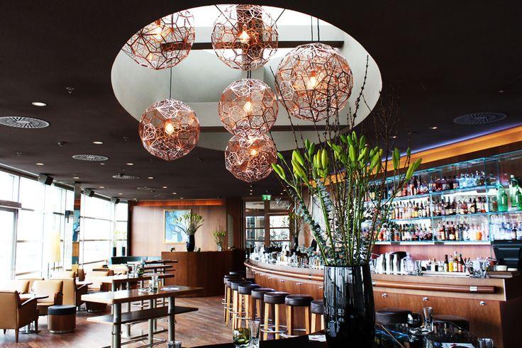 Die Sky Bar und das Sky Restaurant mit Dachterrasse bieten eine atemberaubende Aussicht über Wien und den Stephansdom. Reservieren Sie noch heute einen Tisch. Tel +43 1 5131712-720. Es ist die perfekte Location für ein schönes Essen, eine Tasse Kaffee oder einen Drink an der Bar und allerlei Events. Sowohl bei Tag als auch bei Nacht. Wir sind Mo - Sa für Sie geöffnet.