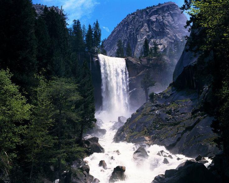 Cascata Vernal, California. Un imponente getto d'acqua che cade dal fiume Merced, nel parco nazionale dello Yosemite
