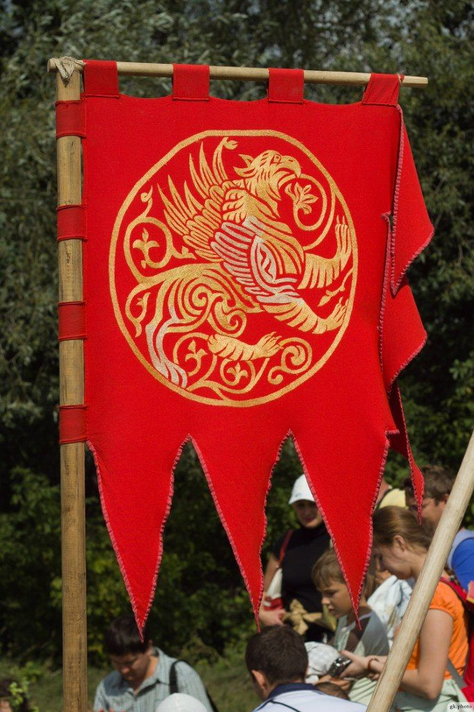 Medieval Banner- A strictly-controlled type of flag carried by a knight as per ranking. Bottom were Knights Bachelor, landless with little battle experience. They carried a pennoncelle(small square flag with triangular tails) attached to their spear. Higher grades of knight bachelor carried a pennon, triangular flag about 3 ft long. Experienced knights carried tailless rectangular flags called banners. These increased in size by higher grades of knight. ludota.ru