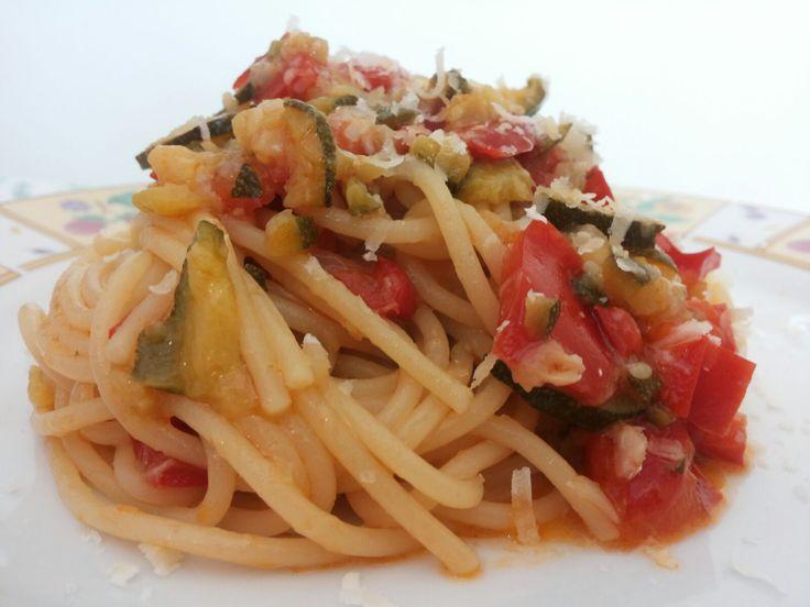 Spaghetti zucchine e peperoni: un piatto veloce e saporito caratterizzato dalla freschezza delle zucchine e dal sapore e odore intenso del peperone.