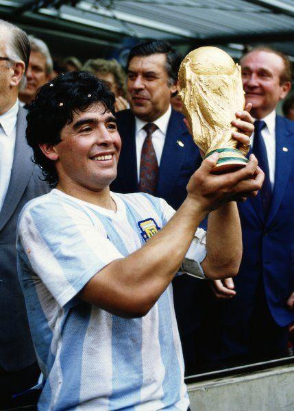 Maradonna mit dem Weltpokal