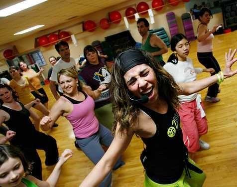 ZUMBA FUTNESS passi di danza e fitness a tempo di musica latina per un allenamento aerobico efficace e super divertente!