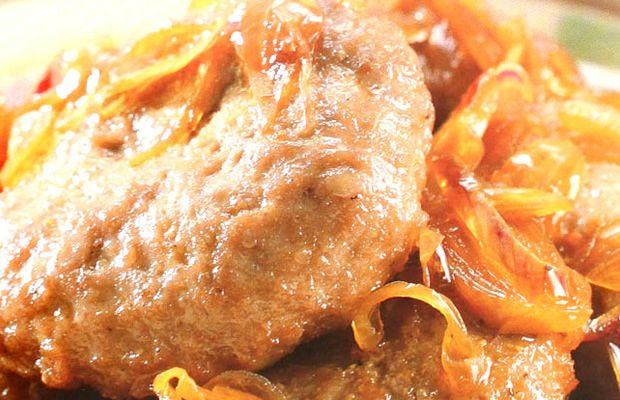 Variasi lain dari perkedel yang bukan menggunakan kentang tapi menggunakan roti tawar, Bergedel Daging ini gurih dan begitu menggugah selera. Pas buat dimakan sebagai lauk atau disantap sebagai penganan / kudapan dicocol sausnya. Resep Bergedel Daging ini enak dijajal di akhir pekan.