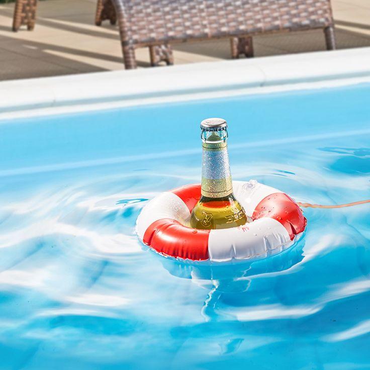 Bier über Bord! Alle Mann an die Ruder – gekühlte Getränke einholen! So könnte der nächste Ausflug zum See klingen, wenn der Rettungsring fürs Bier mit bei der Partie ist. Im Schwimmring für normale oder große Getränkeflaschen bleiben Bier, Cola und Co. angenehm kalt, warten auf ihren Moment und sehen dazu noch klasse aus!