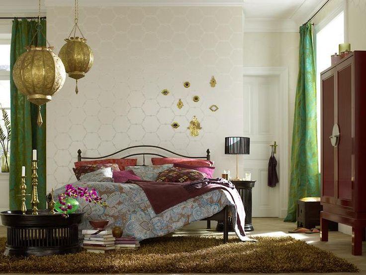 Goldfarbenes Metall, aufwändig bestickte Stoffe und orientalische Formen sorgen in diesem Schlafzimmer für orientalisches Flair.