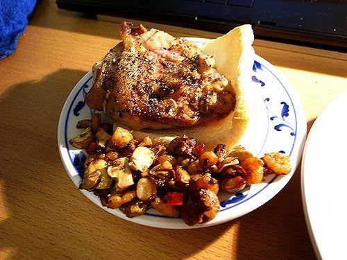Recette de cuisses de poulet à la plancha, farcies aux herbes et aux noix sous peau, marinées au beurre persillé, cuite à la plancha ou au barbecue, garnies de pommes de terre, tomates, poivrons.