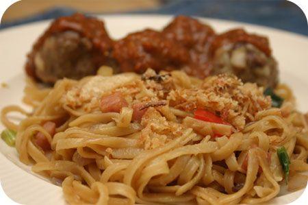 Op dit eetdagboek kookblog : Bami Goreng met Indische Gehaktballetjes - Via etenbloggers zag ik het recept voor Indische Gehaktballetjes langskomen van het blog Duizend1dag, het zouden erg lekkere gehaktballetjes zijn en dat is