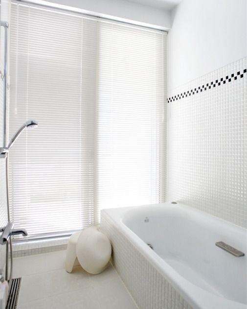 . 白いタイルで統一したバスルーム . モザイクタイルのアクセントカラーがさりげなくていいですね .  TRUCKの似合う部屋 #大浦比呂志創作デザイン研究所 . . #バスルーム#浴室 #bath #シンプルテイスト #タイルライフ #tilelife  #家づくり #マイホーム #マイホーム計画 #マイホーム計画中 #住宅設計 #住宅デザイン #住宅建築 #住まい #住まいづくり #建築家 #工務店 #戸建 #一戸建て #新築 #タイル #モザイクタイル #床タイル #ハウスノート #housenote