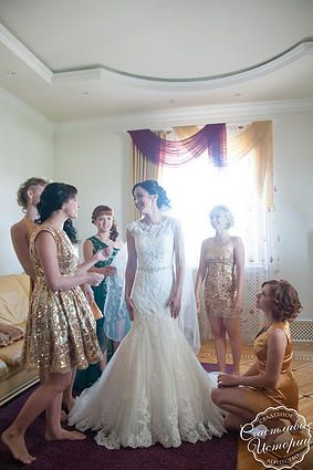 """Свадебное платье, сборы невесты,  wedding dress, wedding morning, bridesmaids, подружки невесты Организация свадеб в Краснодаре  Изумрудно-золотая свадьба  Emerald gold wedding Организация свадебное агентство """"Счастливые истории"""" #happystorieswed #emerald #gold #wedding"""