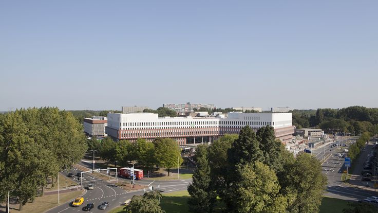 In Zaandam is vorige week het eerste lean-ziekenhuis van Nederland geopend. In het ontwerp voor het Zaans Medisch Centrum staan de beleving van de patiënt en het voorkomen van verspilling van tijd en ruimte centraal. Mecanoo architecten heeft zowel het gebouw als interieur ontworpen.
