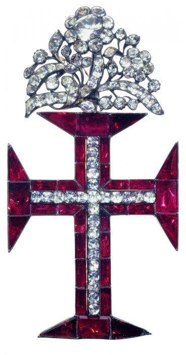Les bijoux reliquaires sont toujours appréciés, telle cette croix constituée de six petits compartiments ronds ayant appartenu à l'archiprête Claude Laborieux et date de 1645.Ces pieces sont entrees dans la collections par des achants a la fin du XIX siecle mais surtout grace a la generosite de la marquise Arconati-Visconti en 1916 et de Madame Menard qui,en 1968,legue des bijoux de XVI et XVII siecles.