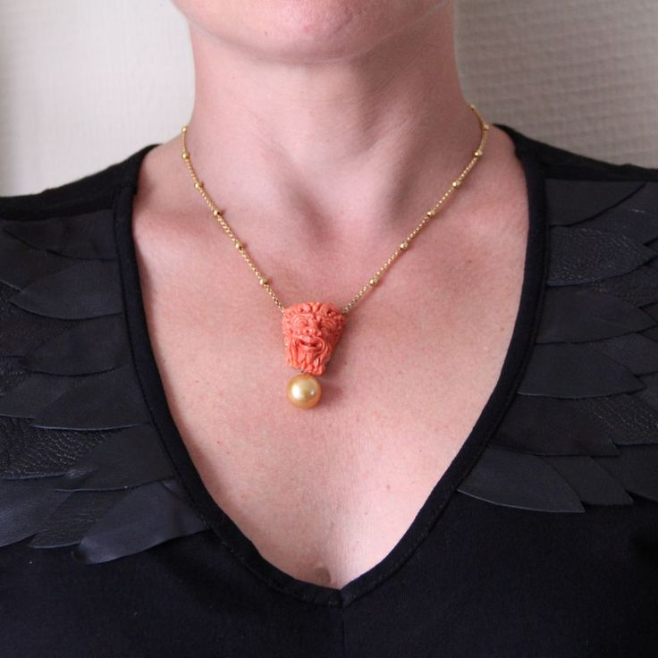 Collier camée corail, perle gold et perles d'or.  Une splendide réalisation, le contraste entre les matières est splendide, le camée corail réalisé avec précision et réalisme. http://www.bijouxbaume.com/collier-camee-corail,-perle-gold-et-perles-d-or-a1840.html