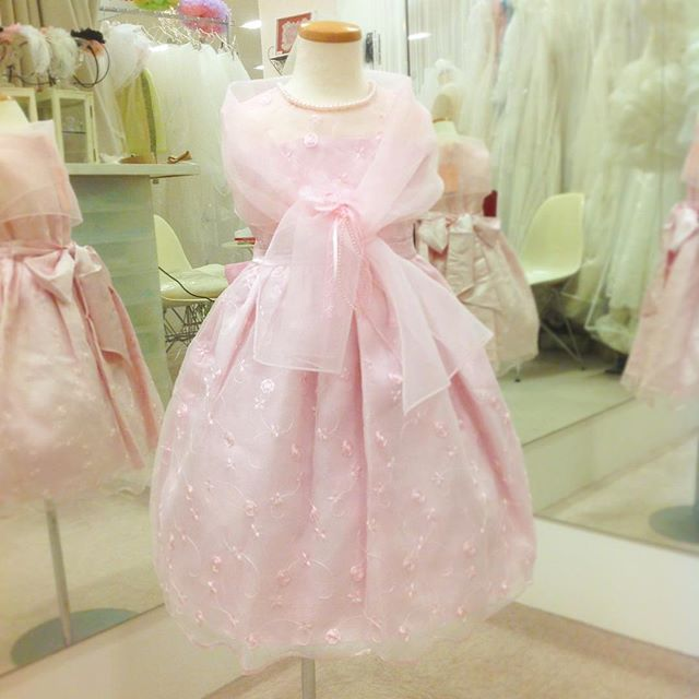 新しく入荷した子供ドレス、ショール&コサージュ付きでお得感満載! しかもリーズナブルな6,500円!( ´ ▽ ` ) ピンクの他にホワイトもございます。 在庫限りの数量限定商品です。  #子供ドレス #キッズドレス #ピンクのドレス  #子供ドレス試着 #ベールガール  #リングガール  #結婚式およばれ #ピアノ発表会  #ピノエローザ  #あべのキューズモール