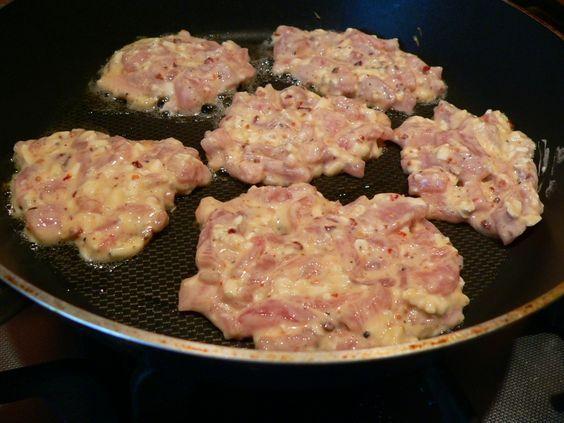 Kuřecí placičky 500g kuřecího nebo krůtího masa smíchejte s 100g libovolného sýra dle vaší chuti (zkusila jsem Nivu nahrubo nastrouhanou, bylo…