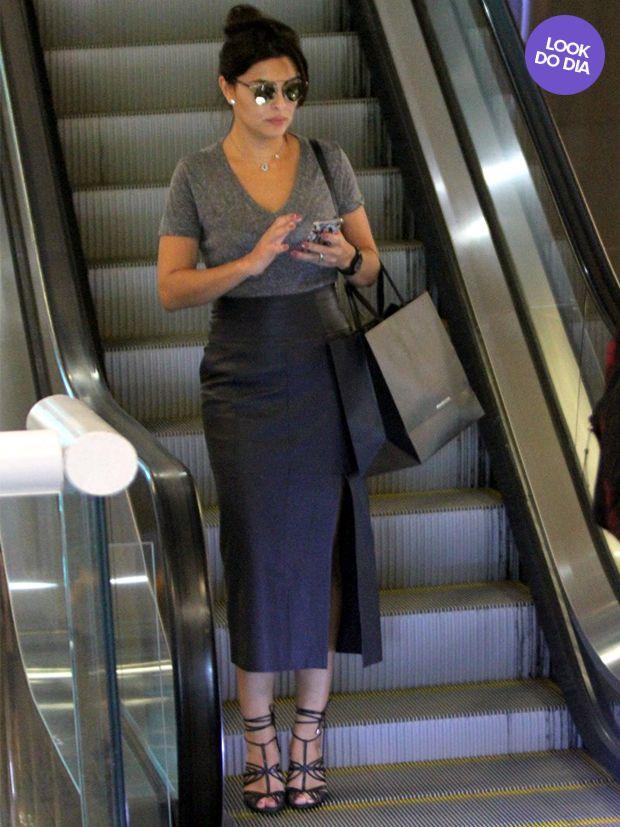 a fenda é um ótimo recurso pra quem quer usar saia midi, mas não quer encurtar tanto as pernas.