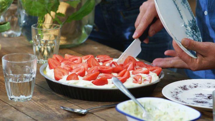 Ljuvlig dessert med frangipanebotten (det man gör mazariner av) med en syrlig citronkräm och färska bär ovanpå. Underbart gott!