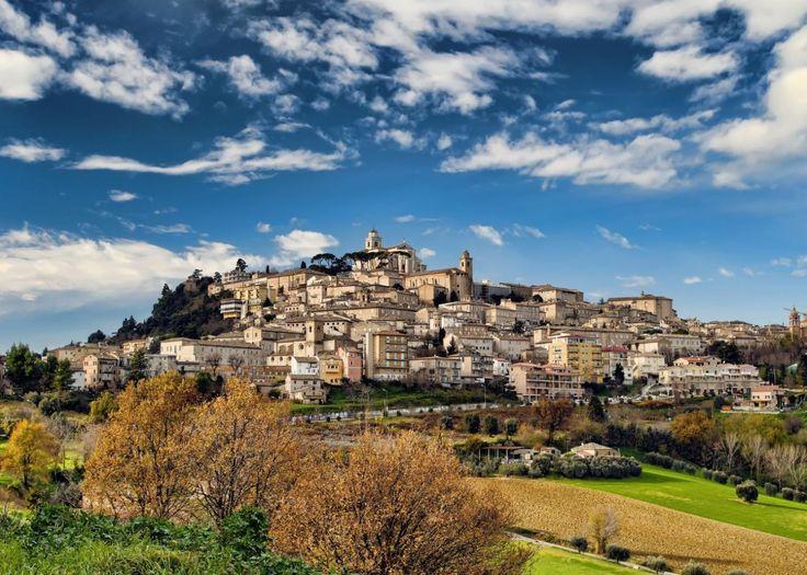 Veel mensen die Italië bezoeken zien de regio Le Marche vaak over het hoofd. Deze ongerepte regio maakt deel uit van Midden-Italië en ligt tussen de Adriatische kust en de Apennijnen. Zee, bergen, …