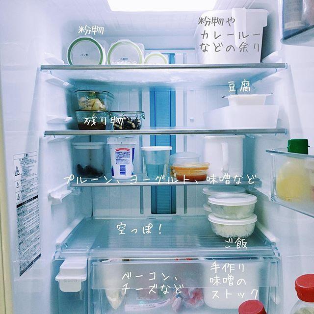 2016.11.12(土) ・ 久しぶりの冷蔵庫の中。 産休に入る前と違い、土日にまとめて作り置きして、金曜には空っぽというリズムがなくなっています。 ・ ・ 冷蔵庫については #pyokopyokop冷蔵庫記録 にまとめています。 #冷蔵庫 #冷蔵庫の中 #冷蔵庫収納 #無印良品 #野田琺瑯 #ホワイトシリーズ #iwaki #パックアンドレンジ #パックぼうる #日々 #暮らし #くらし #フレッシュロック #weck #家事