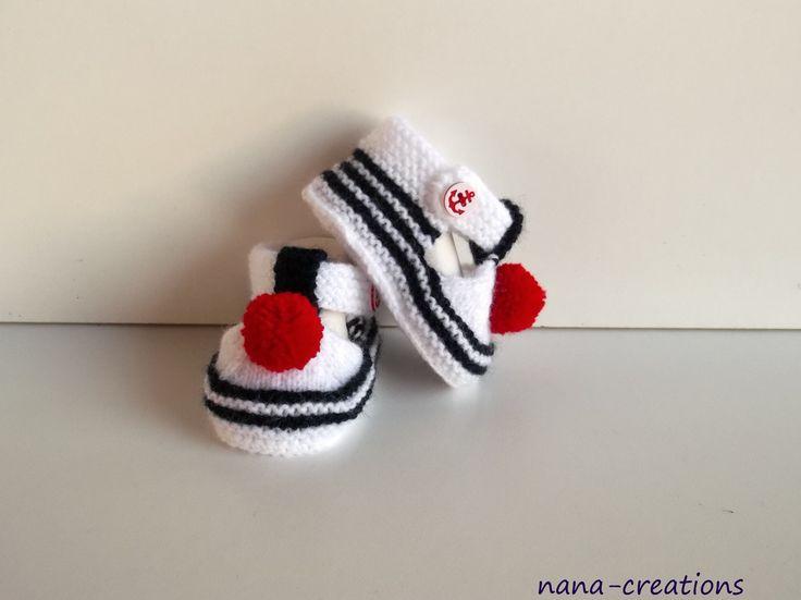 Chaussons, sandales chaussures de bébé style marin en laine, tricotés mains , 0/3 mois .Blanc,bleu et son pompon rouge. : Mode Bébé par nana-creations
