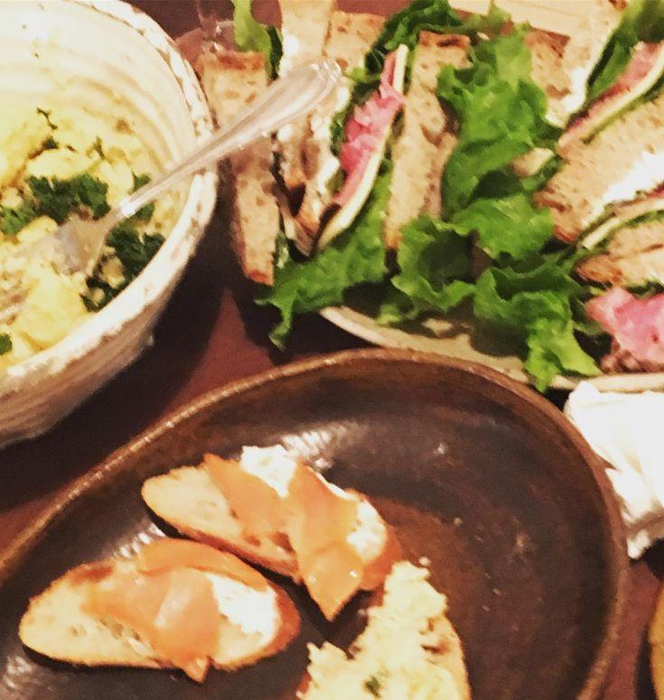 サンドイッチチーズとハムとレタスクリームチーズとサーモンポテトサラダ