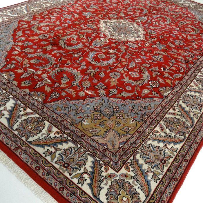 """Tabriz - 347 x 251 cm. - """"Grote Oosterse eyecatcher in mooie vrijwel onbelopen staat"""".  Dit is een handgeknoopt Tabriz-tapijt gemaakt van duurzame natuurlijke materialen. Imperfecties in de patronen en de vorm maken dit kleed tot een unicum en benadrukken het authentieke en ambachtelijke karakter. Tabriz is één van de oudste steden van Iran. Een Tabriz kent verschillende verschijningsvormen in de tapijten zijn vaak oude paleizen of ruïnes te zien. De meest voorkomende kleuren zijn beige…"""